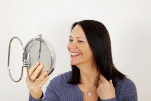 Makijaż kobiety dojrzałej – jak pomalować usta, rzęsy i brwi?