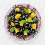 Kolorowa marynata z pomarańczami i czarnymi hiszpańskimi oliwkami