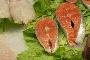 Tuńczyk uchroni twoje dziecko przed alergią!  Do niedawna postrzegano ryby jako źródło silnych alergenów, dlatego odradzano ich podawanie małym dzieciom. Tymczasem badania naukowe z 2012 roku zaprzeczają wcześniejszym doniesieniom. Wykazały one, iż wprowadzenie ryb do diety rocznego dziecka chroni naszą pociechę przed rozwojem alergii. Coraz częściej pojawiają się również opinie, iż jedną z przyczyn wzrostu zachorowań na alergię jest zmniejszenie spożycia ryb.