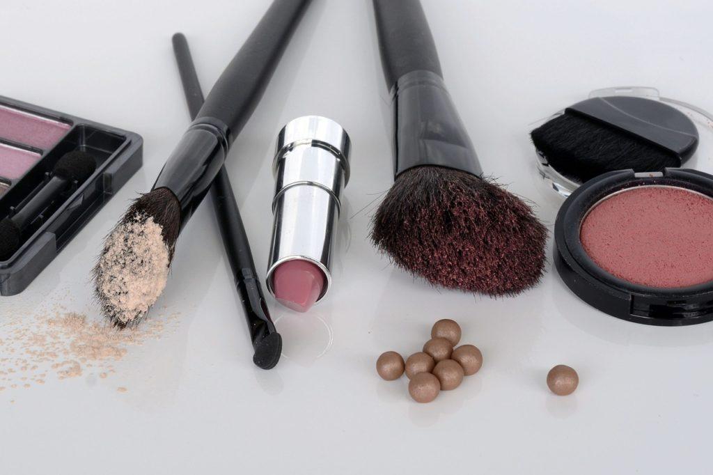 Błędy makijażowe, które sprawiają, że wyglądasz karykaturalnie