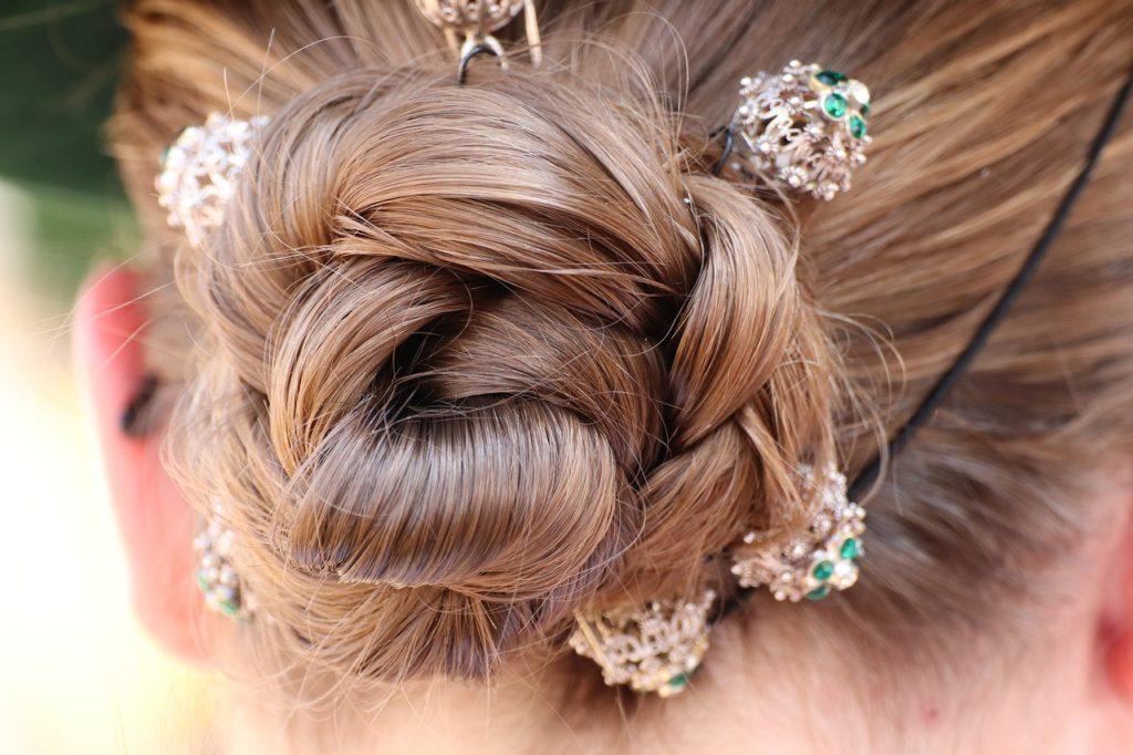 Moda na opaski z perłami i połyskujące spinki