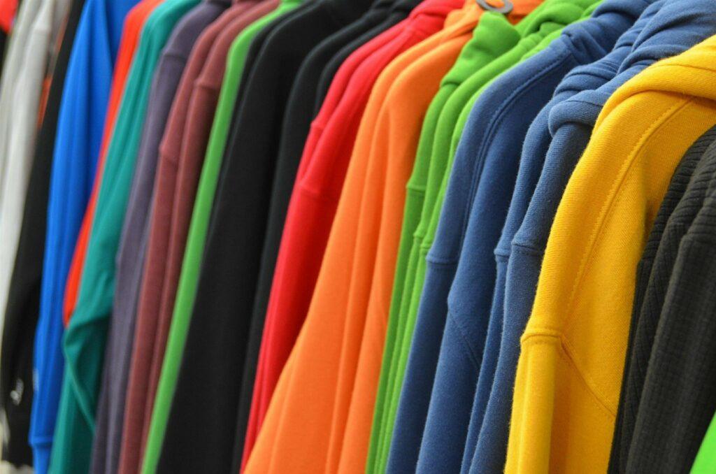 Jak nosić kolor musztardowy