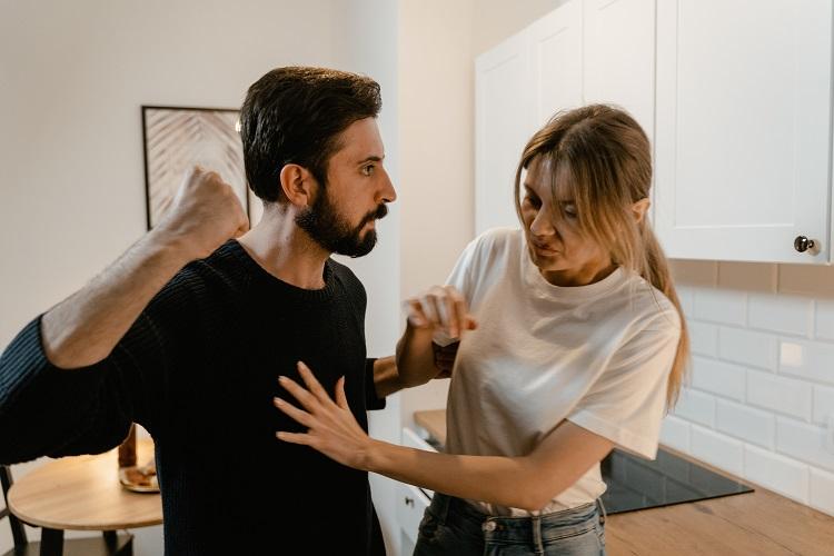 Jak działają sprawcy przemocy domowej