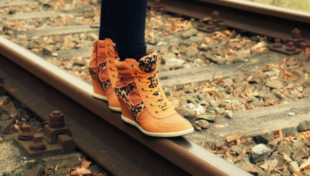 Damskie buty na jesień - jakie modele wybrać, aby były praktyczne i wygodne?
