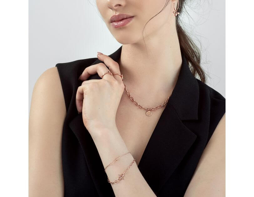 Biżuteria na szyję. Jakie naszyjniki, wisiorki wybrać
