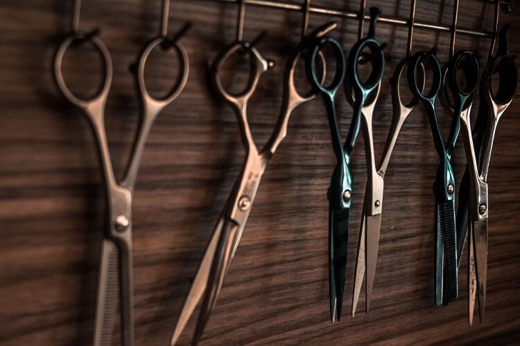 podcięcie włosów gorącymi nożyczkami